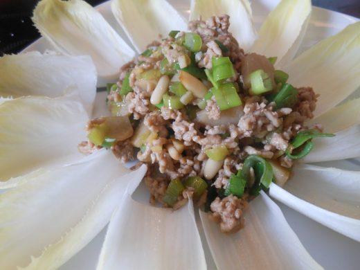 Chin. Hackfleisch mit Salat